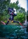 Stefan springt souverän ins Wasser